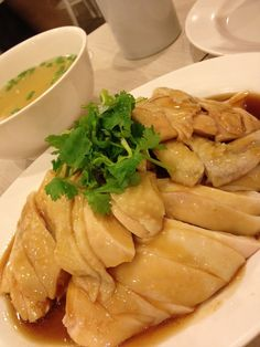 30 must eat dishes in Singapore - best Singapore food list Steam Chicken Recipe, Chicken Rice Recipes, Steamed Chicken, Poached Chicken, Hainanese Chicken, Cantonese Food, Singapore Food, Exotic Food, Asian Cooking