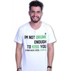 No Dia do Beijo, vista essa camisa e saia para a balada 😂😂  Tradução: Eu não estou bêbado suficiente para beijar você. (Volte mais tarde, obrigado) Um brinde ao álcool, o maior elixir de beleza da humanidade.