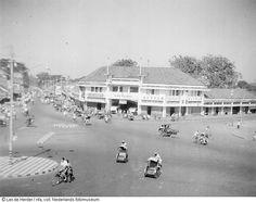 Betjaks (fietstaxi's) in straatbeeld van Surabaya, Indonesië (1950)