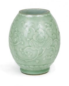 A CHINESE PORCELAIN CELADON VASE, 18TH/19TH CENTURY.