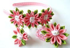 Conjunto de 3 piezas - diadema, pulsera, anillo. Una de las flores se hace en la técnica de tsumami kanzashi. Diadema de plástico está tejida con cinta de raso. Pulsera elástica. Diámetro del anillo - ajustable. Las flores se hacen de cinta del grosgrain. Diámetro de la flor está en diadema y pulsera ~ 2 pulgadas (5 cm), en anillo de 1 1/4 de pulgada (3 cm).  En su petición se puede hacer una flores de una combinaciones de color diferentes.   Puede ser completa en su elección de los…
