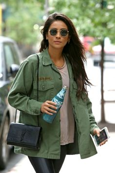 Paparazzi : SHAY MITCHELL Out and About à New York 18/08/2017