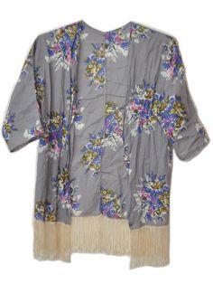 Kimono Floral cinza com franjas! #kimono #musthave #girlstyle #modafeminina #fashion #boho #franjas #grey #flowers