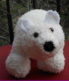 Knuffelkussen ijsbeer Sneeuwoortje. Plat een kussen en rechtop een knuffel.  Voor het patroon ga naar http://www.wolgeitwebshop.com/a-30119000/knuffelkussens/knuffelkussen-sneeuwoortje/  Ook heb ik een website waar u al mijn creaties kunt zien: http://www.dewolgeit.nl.