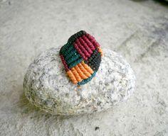 Bague carrés multicolores en macramé - Noir orange vert et bordeaux : Bague par stonanka