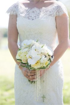 Pretty pearl bouquet: http://www.stylemepretty.com/2015/04/17/modern-texas-clubhouse-wedding/   Photography: Rachael Hall Photography - www.rachaelhallphotography.com