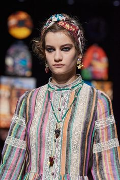 Christian Dior Spring 2021 Ready-to-Wear collection, runway looks, beauty, models, and reviews. Christian Dior, Dior Fashion, Fashion Show, Womens Fashion, Vogue Paris, Jacquemus, Runway Makeup, Dior Dress, Emilio Pucci