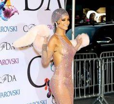 Rihanna twerke après son sacre aux CFDA Fashion Awards 2014 à New York. Rihanna Dress, Rihanna Looks, Nude Dress, Short Mini Dress, Island Girl, Fitness Goals, Aesthetic Clothes, Corset, Skate