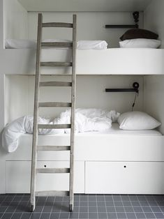 simple white bunk bed - Photography: Marjon Hoogervorst / Styling: AnoukB