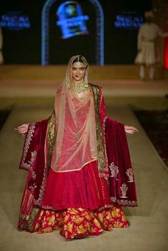 Thinking Indian bridal outfits? Go ahead and check out the best Ethnic Indian wear outfit ideas for weddings in Let your roots make you look glamrous. Indian Bridal Outfits, Indian Bridal Fashion, Indian Bridal Wear, Pakistani Formal Dresses, Pakistani Dress Design, Indian Dresses, Indian Look, Indian Ethnic Wear, Indian Celebrities