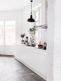 cocina blanca - Un apartamento de estilo industrial en un antiguo molino