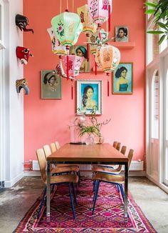 Un pan de mur peint d'une couleur pop