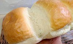 【食パン】って、特別な型がなくても作ることができるんです。 あなたの身近にある《牛乳パック》を型にしてパンを焼くことができるんですよ。 そんな簡単・お手軽な【ミルク食パン】の紹介です♪