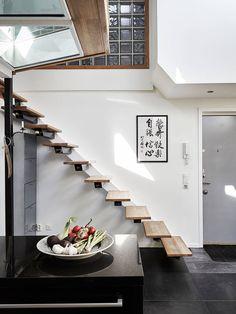 Jurnal de design interior: Mansardă pe două nivele cu grinzi de lemn și decor modern