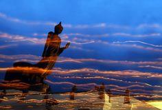 Vesak Day - la festività più importante del Buddismo che celebra la nascita, l'illuminazione e la dipartita di Buddha - così suggestiva. Le strisce luminose sono date dalle fiammelle delle candele portate in processione dai fedeli: durante questa festività, che cade generalmente in un plenilunio di maggio, i devoti portano nei templi candele, cibo e fiori da offrire ai monaci (qui siamo nella provincia di Nakhon Pathom, nei dintorni di Bangkok, Thailandia). Poi gettano acqua sulle spalle…