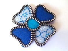 Broche vintage con forma de flor con cremallera de color azul. Accesorios de fieltro y tela. Regalo bonito y dulce.