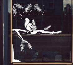 Gratis download: sjabloon voor winterse raamtekening met eekhoorn #raamtekening #winter #kerstmis Christmas Doodles, Christmas Drawing, New Year's Crafts, Diy Home Crafts, Handmade Christmas, Christmas Diy, Winter Window Display, Vitrine Design, Window Mural