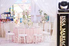 Decor nunta scaune chiavari albe si aranjamente florale deosebite IssaMariage 2017 Weeding, Table Decorations, Floral, Furniture, Home Decor, Grass, Decoration Home, Weed Control, Room Decor