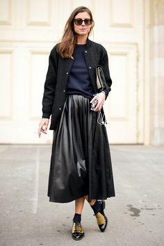 【ELLE】ネイビー×レザースカートでモードに|エル・オンライン
