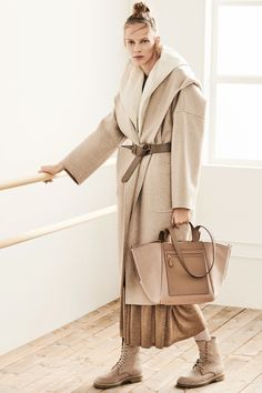 Max Mara Pre-Fall 2019 Collection - Vogue The complete Max Mara Pre-Fall 2019 fashion show now on Vogue Runway. Spring Summer Fashion, Autumn Fashion, Spring 2016, Max Mara Coat, Winter Mode, High End Fashion, Fashion Show Collection, Look Cool, Mannequins