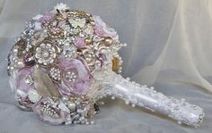 Brooch bouquet in blush pink, rose gold and winter white. Gorgeously beautiful, soft and romantic in a vintage way. lovely workmanship and decorated with gold leaves and pearls and quality jewelery Wedding Brooch Bouquets, Gold Brooches, Autumn Theme, Winter White, Blush Pink, Jewelery, Rose Gold, Leaves, Romantic