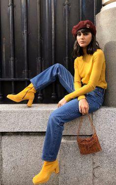 Como usar amarelo em diversos looks: guia completo. Boina marrom, suéter amarelo, mom jeans, ankle boot amarela