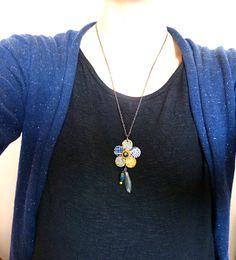 [Sautoir fleur bleu et jaune. Pâte polymère,fimo]  Sautoir avec un pendant en forme de fleur que j'ai fabriqué en pâte polymère,fimo,bleu et jaune .  Accompagné d'une perle synthétique grise,d'une perle goutte bleue et une perle de rocaille jaune.    Dimension fleur:  4cm de diamètre    Longueur de la chaine 55 à 60 cm avec une chainette de rallonge.    Livraison offerte, soigneusement emballée    Prix: 25.00 €  http://www.blcreafimo.fr
