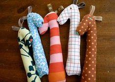 10 idées de cadeaux à coudre pour les bébés Sewing Toys, Baby Sewing, Sewing Crafts, Sewing Projects, Sewing Ideas, Sewing For Kids, Diy For Kids, Baby Rattle, Baby Crafts