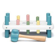 Mickis bultbräda i vitt med pastellfärgade spikar och ben. En klassik leksak som är både rolig och tränar barnets koordination och motorik. Bultbrädans ben är av mjuk plast vilket dämpar ljudnivån, gör att den står stabilt och inte lämnar märken på underlaget när barnet bankar. Även hammarens huvud är av mjuk plast för att d&...