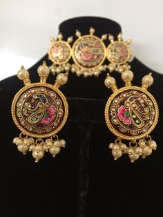 Gold Jewelry Zara hand painted Kundan Meena choker with earrings - Deccan Pearls and Jewellery - Made upon order Kundan Meena choker with earrings made using high quality Kundan with hand painted meenakari work 22 carat gold plated delivered in 4 weeks 14k Gold Jewelry, Royal Jewelry, Chanel Jewelry, India Jewelry, Antique Jewellery, Bridal Jewellery, Nose Jewelry, Baby Jewelry, Quartz Jewelry