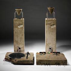 Concrete Stereo, Ron Arad designer (1983)  Centre Georges Pompidou : [...] c'est au domaine de la construction que Ron Arad emprunte son matériau : les différents éléments de la chaîne hi-fi (platine, tuner, enceintes) sont en effet pris dans des blocs de béton armé. Loin de réaliser un coffrage parfait pour ce travail, Ron Arad coule le béton de façon approximative, avec des manques qui laissent apparaître les armatures de fer comme si le béton avait été, par endroits, cassé et abîmé.