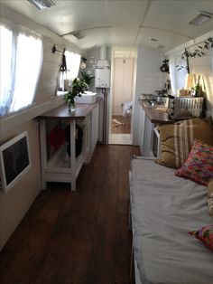 i love the white tiles and white walls,,, and the soda looks comfy! Small Space Living, Tiny Living, Small Spaces, Living Spaces, Mini Loft, Canal Boat Interior, Canal Barge, Barge Boat, Barge Interior