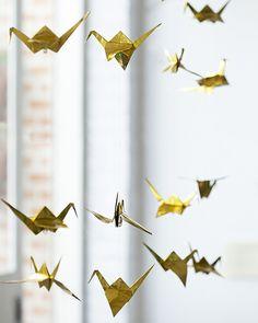 Dobraduras de tsuru de Ione Sawao decorama janela e espalham boa sorte. Para prender os pássaros nos fios, use miçangas e nozinhos.  (Foto: Cacá Bratke/Editora Globo)