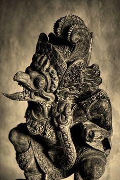 Garuda peut aussi être vu comme un aigle géant mythique, ennemi aérien naturel des nâgas, serpents des eaux et de la terre. Mais Nâga et Garuda ne sont en fait que deux incarnations de Vishnu, les deux aspects de la substance divine, en qui ils se réconcilient.