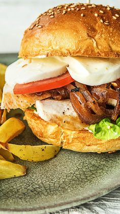 Chicken burger with mozzarella spicy onion and crispy oven fries - Rezepte - Gesundes Essen Crispy Oven Fries, Fries In The Oven, Sausage Recipes, Chicken Recipes, Recipe Chicken, Easy Dinner Recipes, Easy Meals, Cooking Box, Burger Co