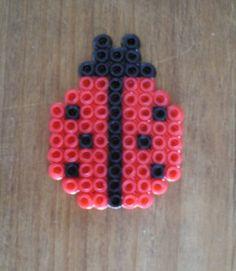 http://cartulina.es/perler-beads-ideas-creativo-pasatiempo/ Diseño hama beads - mariquita