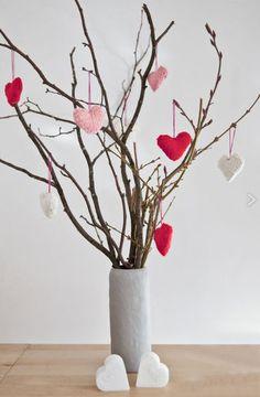 Corações de crochê + galhos secos = arranjo rústico e romântico. #diadosnamorados #valentinesday #decor