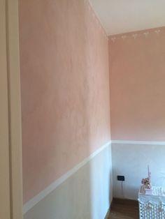 pareti lavorazione bicolor fascia bianca grigio e rosa per camera da bimba con i fiocchi stencil