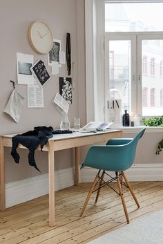 Pratique et esthétique, coin bureau et fauteuil DAW de Charles Eames. Useful and lovely workspace. https://www.konikodesign.com/fr/chaises-fauteuils/chaises-de-salle-a-manger/chaise-style-daw-noire-p7,1-1154,117.html