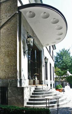 La scala con gradini a forma semicircolare di Villa Necchi Campiglio (1932-1935) dell'architetto Piero Portaluppi