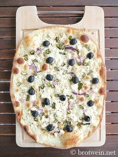 Tarte flambee with feta and olives – bread wine – Pizza Olives, Pizza Recipes, Vegetarian Recipes, Quiche, Queso Feta, Olive Bread, Pampered Chef, Food Inspiration, Zucchini