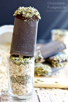 Chocolate Fudgesicle (Vegan, Dairy Free) PetiteAllergyTreats Fudgesicles w/creamy avocado and pumpkin seed butter. Frozen Desserts, Frozen Treats, Vegan Desserts, Dessert Recipes, Pie Dessert, Pie Recipes, Healthy Ice Cream, Vegan Ice Cream, Banana Breakfast Cookie