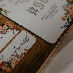 Van egy újabb kis részlet, amiért teljesen oda vagyok. Kerekített sarok! 😍 Tudom ez nem újkeletű dolog, de akkor is imádom. 📷 @zsanettsellei . .  There's another little detail I'm totally love it.  Rounded corner! 😍 I know it's not a new thing, but I still love it. 📷 @zsanettsellei . . . . . . . . . . . . #wedding #weddinginspiration #weddinginvitations #weddingcards #weddinginspo #weddingnamecards #bride #groom #weddingring #mrandmrs #engagedcouple #comingsoon #paperworks #weddingpaperworks Wedding Name Cards, Wedding Paper, Engagement Couple, Meringue, Bride Groom, Wedding Inspiration, Corner, Van, Wedding Rings