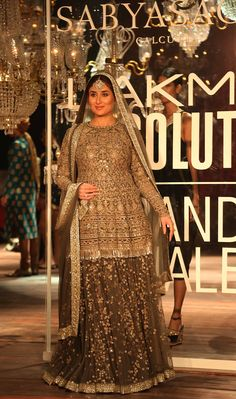 After Carol Gracias (in the previous edition of the Lakme Fashion Week), Kareena Kapoor Khan flaunted her baby bump with style as the showstopper of Lakme Fashion Week Winter Festive grand finale 2016!