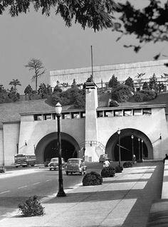 Vista da Avenida 9 de Julho na década de 50, com destaque para a entrada do túnel e o MASP já em construção.