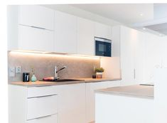 Upouuden rivitaloasunnon valoisaan ja vaaleaan keittiöön sopivaa särmää tuovat hartsipinnoitteella toteutettu välitila sekä tumma komposiittiallas. Kvartsikomposiitti kestää hyvin sekä kulutusta...