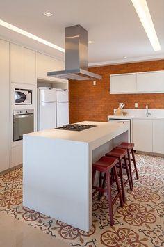 Tijolinho na cozinha, ladrilho hidráulico no piso. Projeto GF Arquitetura. Mais cozinhas lindas, com algo a mais, lá no blog!