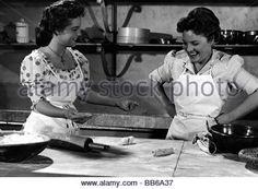 Schneider, Romy, 23.9.1938 - 29.5.1982, German actress, half length, with mother Magda Schneider, in the kitchen, - Stock Photo