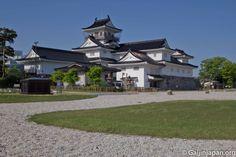 Verdure et graviers embellissent le château de Toyama et son parc en plein coeur de la ville.