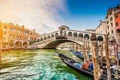 Puente de rialto en Venecia. Si hablamos de Venecia, obviamente hablamos de agua y canales, por lo que los puentes en esta ciudad son indispensables, y sobretodo esta gran obra construida en 1591.
